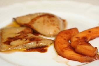 Foie gras cru : escalopes poêlées aux fruits caramélisés